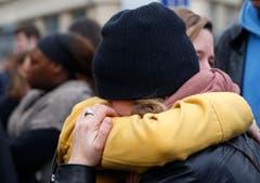 Bestürzung und Trauer vor dem Cafe Carillon in Paris. (Bild: AP/Jerome Delay)