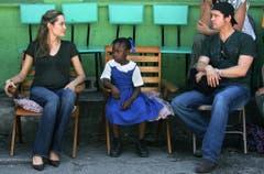 Auf wohltätiger Mission: Angelina Jolie und Brad Pitt 2006 auf Haiti. Das Paar nutzt seine Popularität immer wieder, um auf Notstände aufmerksam zu machen. (Bild: Keystone)