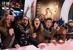 Fans freuen sich auf Fotos und Autogramme ihrer Stars. (Bild: Keystone)