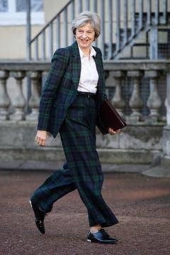 Theresa May mit Anzug im Karomuster, flache Lackhalbschuhe mit goldenen Absatz. (Bild: Leon Neal/AP)