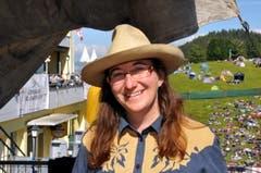 An Monika Schöpfer aus Werthenstein führt am Open Air auf Klewenalp kein Weg vorbei. Sie verwöhnt nämlich gleich beim Eingang aufs Festgelände die Gäste mit einem Cowboy-Coffee. In ihrem Leben dreht sich alles ums Thema Country. Gemeinsam mit ihrem Mann hält sie Texas-Longhorn-Kühe auf ihrem Hof in Luzern. Ihre Kleider – sie nennt es «Ranger-Style» – näht sie sich selbst. «Mich fasziniert die Geschichte der Südstaaten und der Siedler.» Das Country-Leben sei geprägt von Einfachheit. «Für mich bedeutet es Ruhe, ein Ausbruch aus der Hektik.» (Bild: Adrian Venetz)