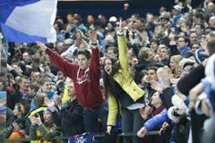 Voller Emotionen: Zwei EVZ-Fans. (Bild: Stefan Kaiser / Neue ZZ)