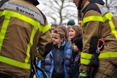 Feuerwehrmänner erklären den Kinder ihr Handwerk. (Bild: Christoph Riebli / Neue OZ)
