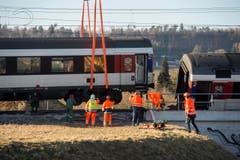 Die SBB hofft, dass die Strecke am Samstagmorgen wieder in Betrieb genommen werden kann. (Bild: Keystone / Ennio Leanza)