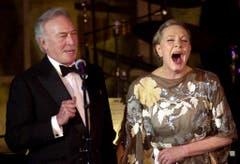 """Die legendäre Sängerin und Schauspielerin Dame Julie Andrews bricht in Gelächter aus, als Christoph Plummer, ihr Co-Star aus dem Film """"The Sound of Music,während einer Ehrung für Andrews spricht. Sie erhielt am 25. April 2001 den ELLA Award. (Bild: Keystone)"""