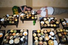 Das war wohl zu viel: Zwei Mitglieder aus dem Fotografenteam mussten nach dem letzten koreanischen Essen ein Nickerchen einlegen.