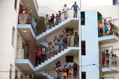 Die Mensche säumen die Stassen und suchen sich Plätze, um den vorbeifahrenden Papst zu sehen. (Bild: Keystone)