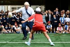 Rugy scheint der Sport von Boris Johnson zu sein. (Bild: AP / Stefan Rousseau)