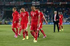Die Schweizer Spieler verlassen nach der Niederlage enttäuscht das Spielfeld. (Bild: Keystone/Peter Klaunzer)