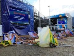 Umgestürztes Mobiliar am Turnfest in Biel. (Bild: Leser André Rochat)