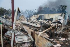Angesichts kühlerer Wetterbedingungen und schwächerer Winde gelang es den Einsatzkräften, das Feuer langsam unter Kontrolle zu bekommen. (Bild: Keystone)