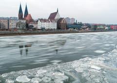 Eisschollen fliessen in Frankfurt an der Oder im deutsch/polnischen Grenzfluss. (Bild: EPA/PATRICK PLEUL)