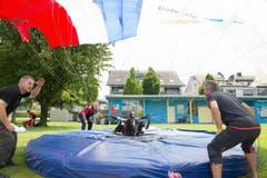 Bei der Landung müssen die Fallschirmspringer mit ihrem Fuss das Zentrum einer elektronischen Scheibe treffen müssen. (Bild: Izedin Arnautovic)