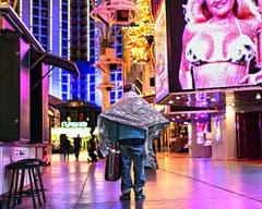 Christian Lutz - 2. Platz Kategorie «Ausland»: Game over. Die Finanzkrise fordert ihre Opfer. Rund 20 000 Obdachlose sollen in Las Vegas leben, deutlich mehr als in anderen Städten der USA. Während sich die Touristen in den Spielsalons amusieren, kämpfen sie um das Überleben. Die Bilder entstanden während zwei Aufenthalten in Las Vegas im Winter 2011 / 12 und im Winter 2012 / 13. (Bild: Swiss Press Photo / Christian Lutz)