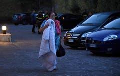Diese Frau verbrachte die Nacht in Norcia im Freien. (Bild: EPA / Matteo Crocchioni)