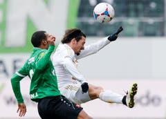 Luftkampf zwischen dem St.Galler Everton, links, und dem Luzerner Adrian Winter. (Bild: Keystone)