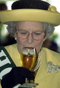 Während eines Deutschland-Besuchs 2002 probiert die Queen ein deutsches Bier. (Bild: Keystone)