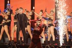 Robbie Williams setzte bei seiner Performance auch auf viel nackte Haut bei seinen Tänzerinnen. (Bild: Keystone)
