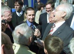 Der deutsche CDU-Politiker Edmund Stoiber gibt am 12. September 2002 in Wiesbaden Autogramme - und findet das offenbar zum Lachen. (Bild: Keystone)