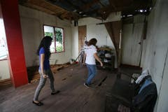 Veronica Saavedra und ihre Schwester Sarah Songalia in ihrem zerstörten Haus in Tanauan. (Bild: Keystone)