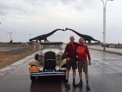Beppi (links) und Chris Dillier posieren unterwegs vor ihrem Gefährt. (Bild: pd)
