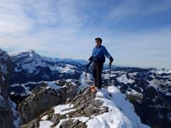 Es geht auch ohne Flugzeug: Ein Mann geniesst die Aussicht von einer Gratspitze im Entlebuch. Die Skischuhe deuten darauf hin, dass als Belohnung für den Aufstieg eine Touren-Abfahrt winkt. (Bild: Leserbild Martin Ineichen, Schwarzenberg)