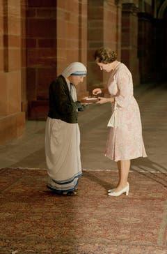 Mutter Teresa wird 1983 von Königin Elisabeth mit einem Orden geehrt. (Bild: Keystone)