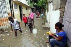 Überschwemmte Slums in Santo Domingo auf der Dominikanischen Republik. (Bild: Keystone)