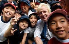 Die Jungs und Mädchen haben sichtlich Freude... (Bild: AP / Stefan Rousseau)