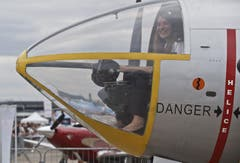 Diese Besucherin sitzt im Cockpit einer MD-311 Flamant. Diese Maschine ist ein militärisches Schulungsflugzeug. (Bild: Keystone / Michel Euler)