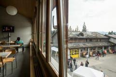 Auf dem Vorplatz sammeln sich am Tag der offenen Tür des Asylzentrums Glaubenbergs die Besucher. (Bild: ALEXANDRA WEY)