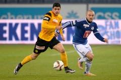 Der YB-Spieler Loris Benito, linkss, im Kampf um den Ball gegen den Luzerner Marco Schneuwly. (Bild: (KEYSTONE/Nick Soland))