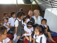 Ruth und Walter Odermatt in einer provisorischen Schule mit tibetischen Flüchtlingskindern. Odermatts haben die Patenschaft für zwei Kinder übernommen in der Hoffnung, dass sie eine bessere Zukunft bekommen. Das eigentliche Schulhaus wurde beim Erdbeben völlig zerstört. (Bild: Walter Odermatt)