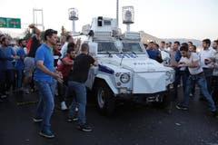 Menschen attackieren ein Polizeiauto, das türkische Soldaten transportiert, die am Militärputsch beteiligt gewesen sind. (Bild: AP Photo/Emrah Gurel)