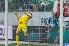 Torhüter Marcel Herzog von St. Gallen schaut dem Ball nach. (Bild: (KEYSTONE/Sebastian Schneider))