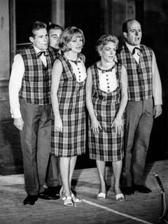 Vier Grosse der Schweizer Unterhaltung auf einem Bild: (v.l.) Jürg Randegger, Jörg Schneider, Ines Torelli und Paul Bühlmann auf einer undatierten Aufnahme. (Bild: Keystone)