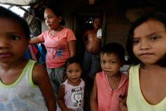 Sie haben überlebt und sind immer noch am Überleben: Eine philippinische Familie ein Jahr nach dem Supersturm. (Bild: Keystone)
