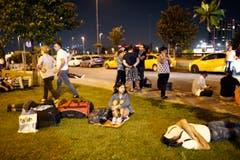 In der Nacht waren etliche ratlose Reisende vor dem Flughafen gestrandet, die vor den Terrorangriffen aus dem Terminal geflohen waren. (Bild: SEDAT SUNA)
