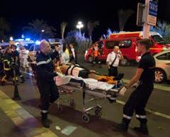 Verwundete wurden vom Ort des Unglücks evakuiert und von der Ambulanz versorgt. (Bild: OLIVIER ANRIGO)