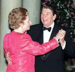 Ein Tänzchen mit Freund Ronald Reagan: Margaret Thatcher zu Besuch beim US-Präsidenten im Weissen Haus (1988). Zwei Jahre später sank Thatcher in der Gunst ihrer Wähler und gab nach einer Wahlniederlage ihren Rücktritt bekannt. (Bild: Keystone)