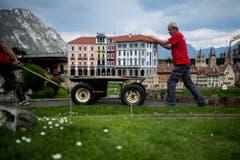Arbeiter rollen eine Häuserzeile heran. (Bild: Gabriele Putzu/Ti-Press/Keystone)