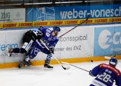 Der Zuger Kevin Diener drückt den Luzerner Thomas Bracher an die Bande. (Bild: Stefan Kaiser)