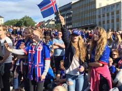 Was ein echter Island-Fan ist, lässt sich auch von einem Rückstand nicht entmutigen. (Bild: Marion Loher)