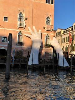 Kaum vorstellbar, dass solche stützenden Hände den Untergang von Venedig verhindern könnten. (Bild: Margrith Imhof-Röthlin)
