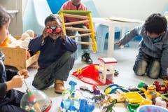 Kinder spielen im Asylzentrum. (Bild: ALEXANDRA WEY)