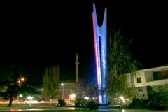 Das Monument für Menschheit und Einheit Pristina. (Bild: AP Photo/Visar Kryeziu)