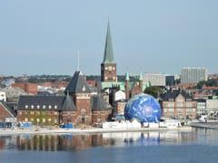 """Alle """"Frühaufsteher"""" verpassten die Einfahrt auf Deck der Costa Favolosa in den schönen Hafen von Aarhus (Dänemark) nicht. (Bild: Margrith Imhof-Röthlin)"""