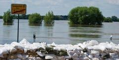Sandsäcke sollen Sandau vor dem Hochwsser der Elbe schützen. (Bild: Keystone)