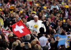 So sieht eine Generalaudienz des Papstes aus: Umjubelt von Menschenmassen. (Bild: Keystone)