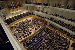 Das Lucerne Festival Orchestra, das Claudio Abbado gegründet hat, spielt im vergangenen August unter Abbado im KKL Gustav Mahlers 3.Sinfonie. Im Bild der Schlussapplaus. (Bild: pd)